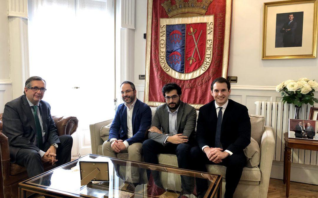 El alcalde de Calahorra, Luis Martínez-Portillo, recibe a la Asociación de Jóvenes Empresarios de La Rioja «FER Joven»